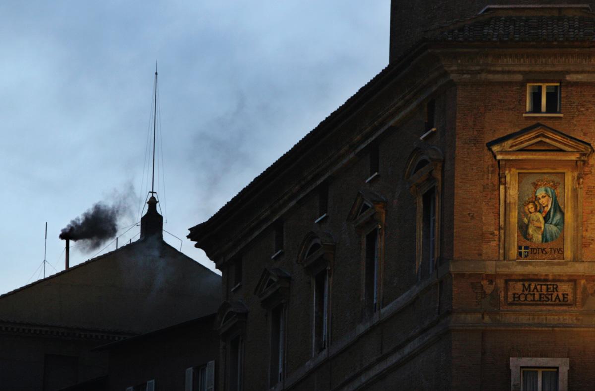 O novo papa será anunciado pela fumaça branca depois de um conclave difícil, em que a volta da exigência de dois terços dos votos impedirá que uma corrente de cardeais se imponha, como fizeram os ultraconservadores na escolha de Ratzinger