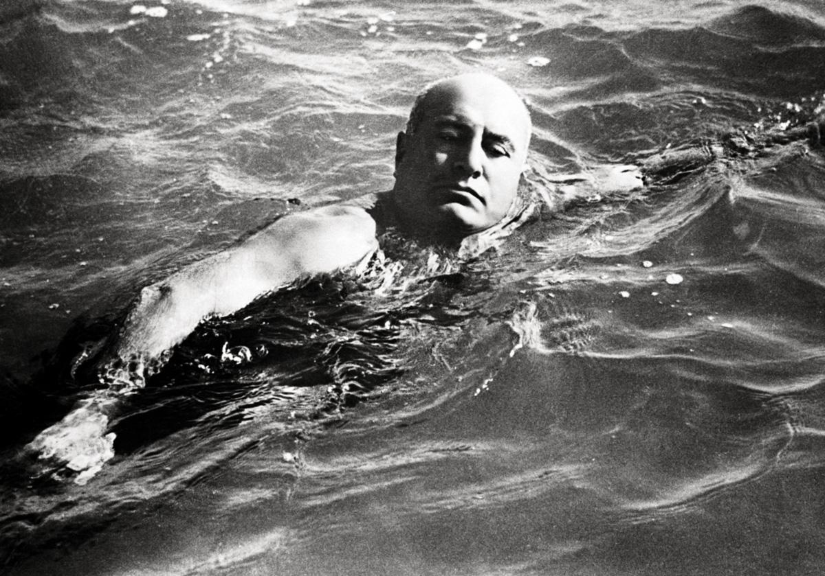 Antes que Mao Tsé-Tung demonstrasse vigor atravessando lagos gelados, Mussolini já havia exibido seu torso nu, alternando sua imagem entre a de super-homem e a de homem comum