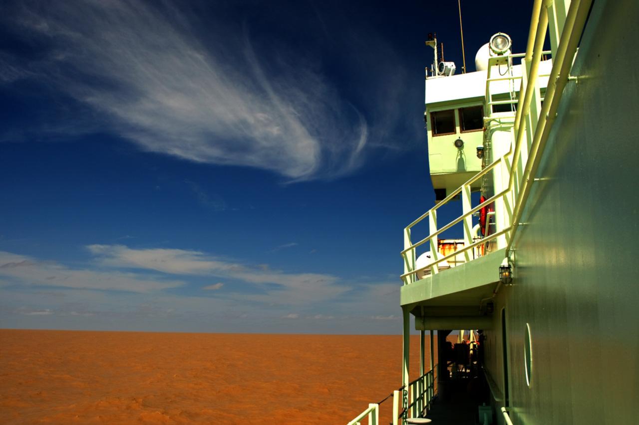 O <i>Atlantis</i> navega pelas águas barrentas da foz do Amazonas em 2012