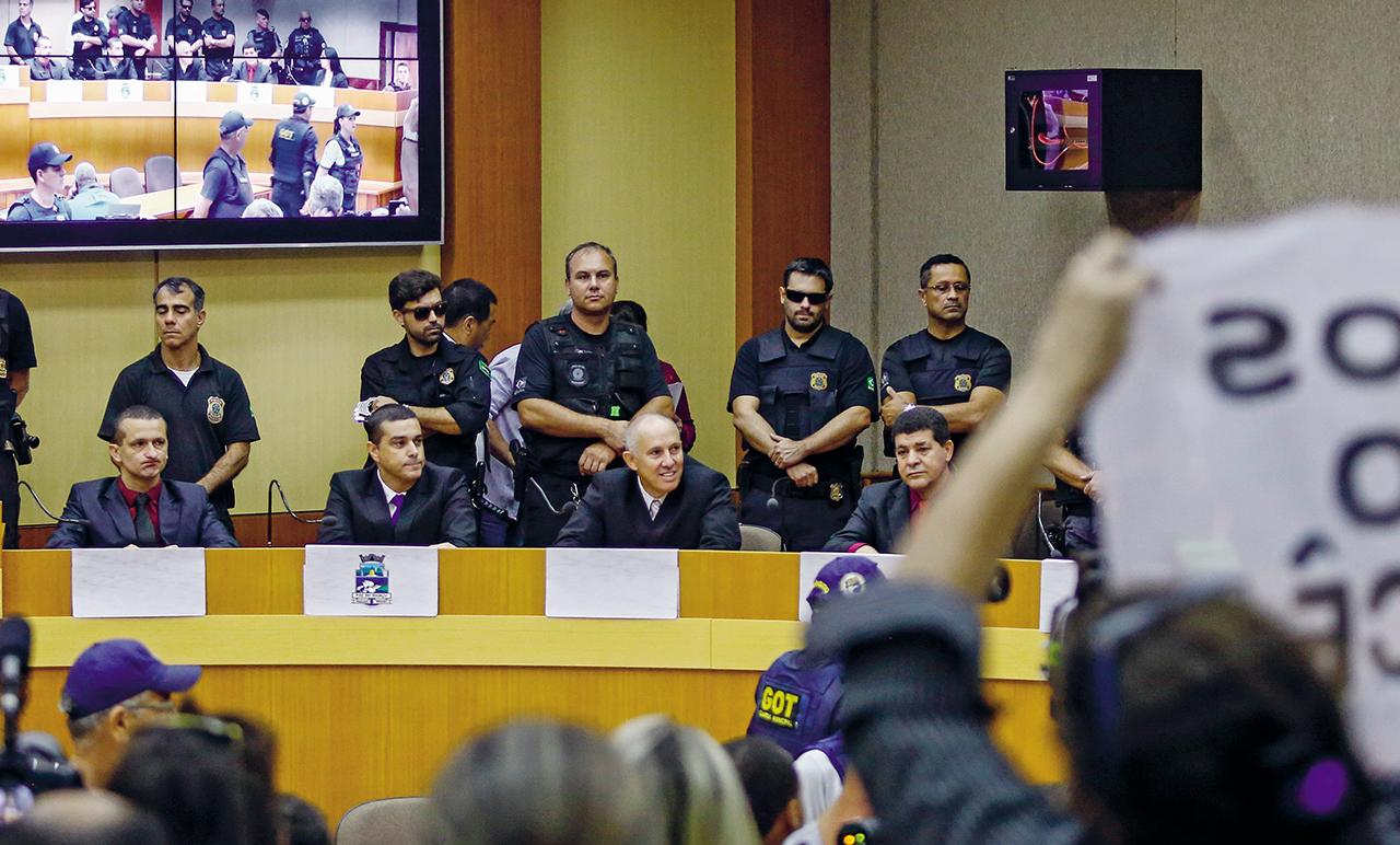No dia 18 de janeiro, cinco vereadores deixaram a cadeia ─ algemados, sob escolta, e com uniforme de presidiário ─ para serem empossados. Vestiram terno, fizeram o juramento, assinaram o livro de posse e em seguida fizeram o caminho de volta da Câmara ao cárcere