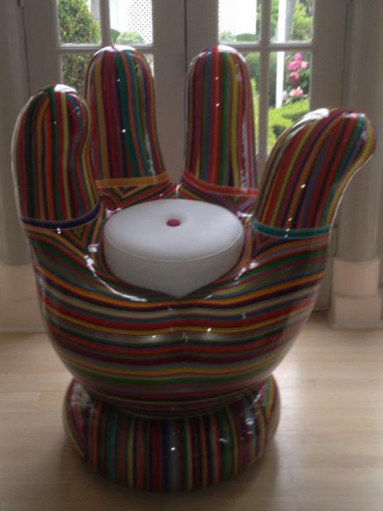 A cadeira em formato de mão do Mickey Mouse, obra de Mauro Oliveira, na sala de Richard Simmons