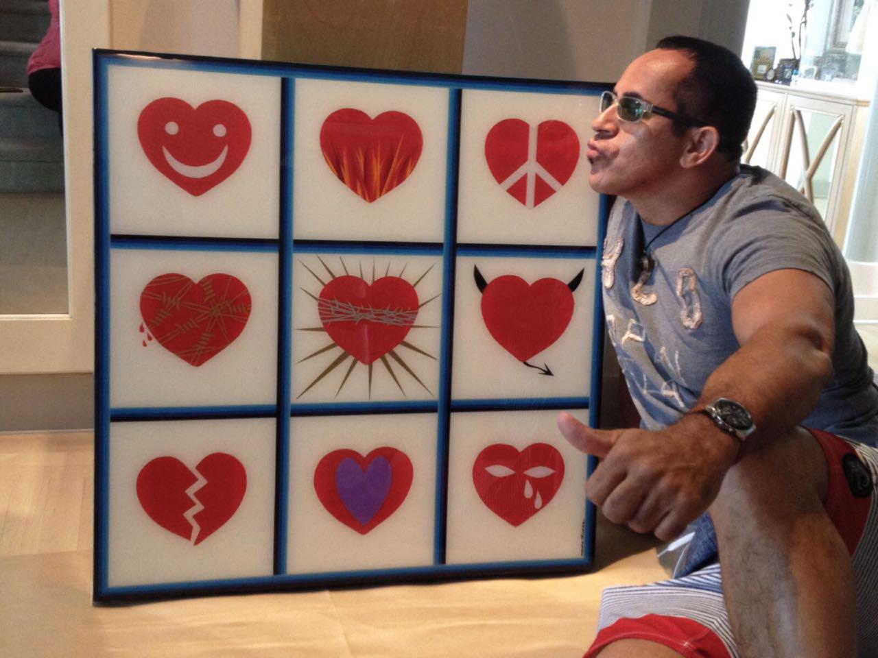 Mauro Oliveira com sua obra ``Nine hearts``