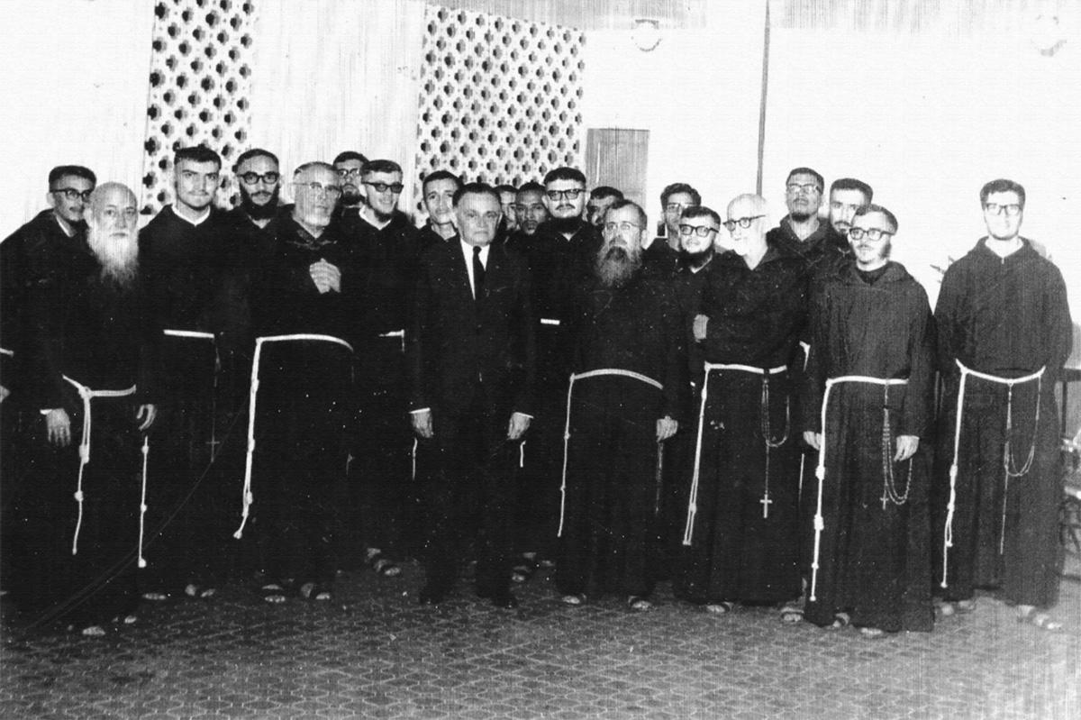 Belchior (terceiro da esquerda para a direita) e sua turma na Ordem Menor dos Capuchinhos recebem visita do presidente Castelo Branco.