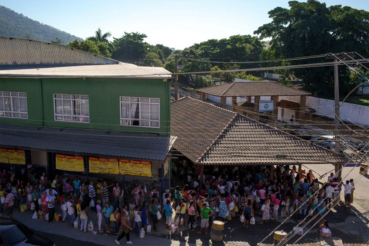 Em Bangu, os parentes dos presos se organizam em filas intermináveis na porta do presídio