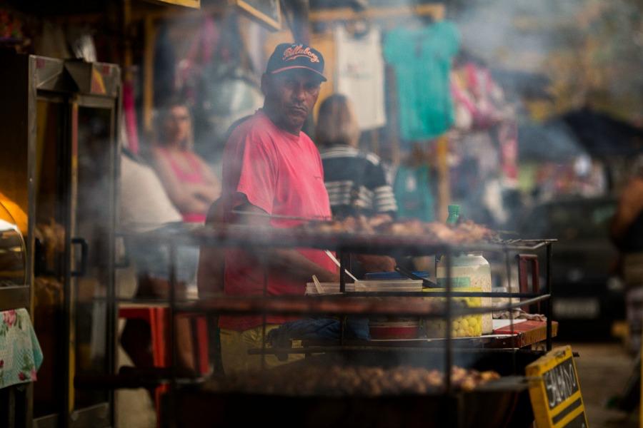 """""""Antes ninguém ligava pra Bangu, né? Agora que o Sérgio Cabral está aí, está todo mundo de olho"""", disse uma entre as dezenas de comerciantes que trabalham na entrada da detenção"""