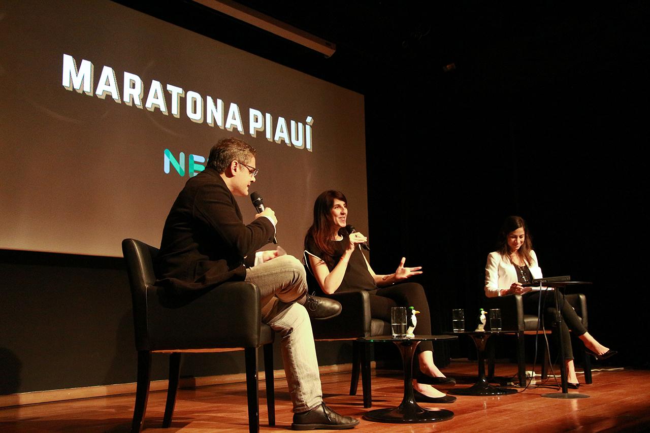 Paula Miraglia (no centro), do Nexo Jornal, conversa com Fernando de Barros e Silva, diretor da revista piauí, e Julia Duailibi, repórter.