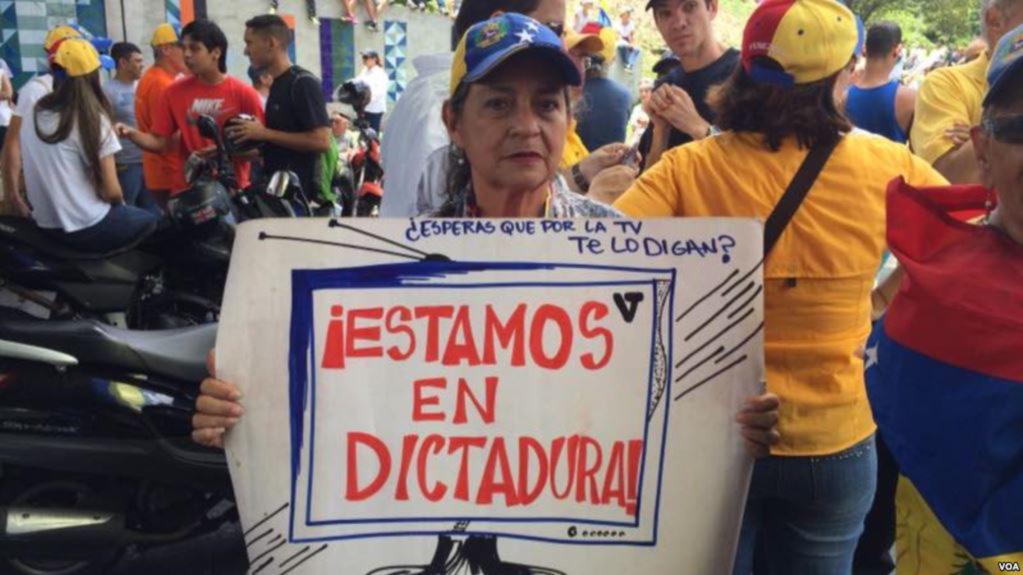 """Para o jornalista independente César Batiz, o governo ainda permite que a imprensa trabalhe apenas """"para não serem chamados abertamente de ditadura."""""""