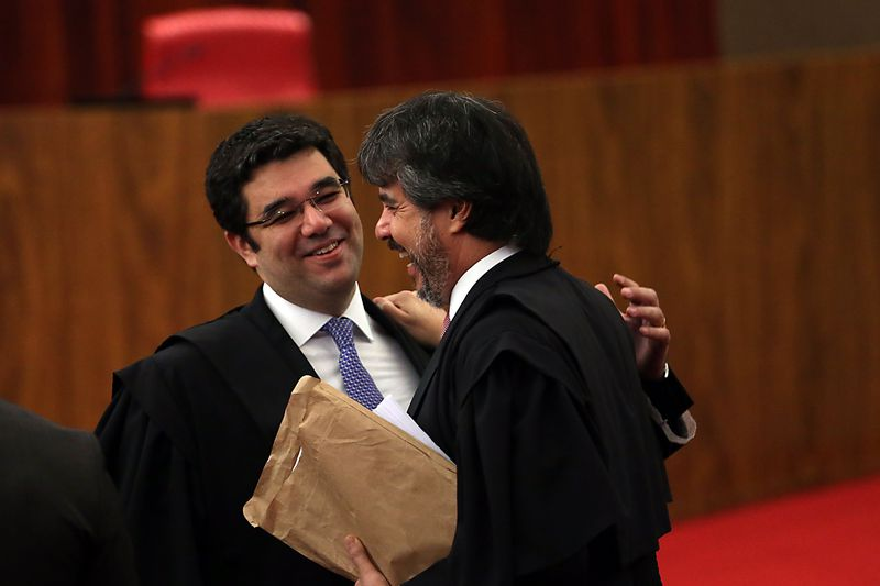 Da direita para a esquerda, os advogados de Michel Temer e Dilma Rousseff, Gustavo Guedes e Flavio Caetano, durante o julgamento da chapa no TSE. Foto: José Cruz/Agência Brasil