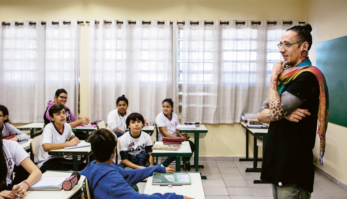 """""""Meu corpo é um campo de batalha, um terreno aberto às experimentações"""", diz T. Angel, que dá aulas de história para o 7º ano de uma escola pública na Grande São Paulo"""