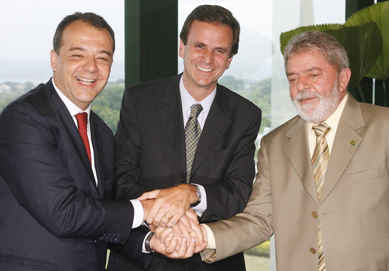 Sérgio Cabral, Eduardo Paes e Lula em 2008, um ano antes da eleição que deu ao Rio o direito de sediar a Olimpíada. Investigadores franceses têm provas de que ao menos um dos 66 votos a favor da cidade foi comprado por 1,5 milhão de dólares