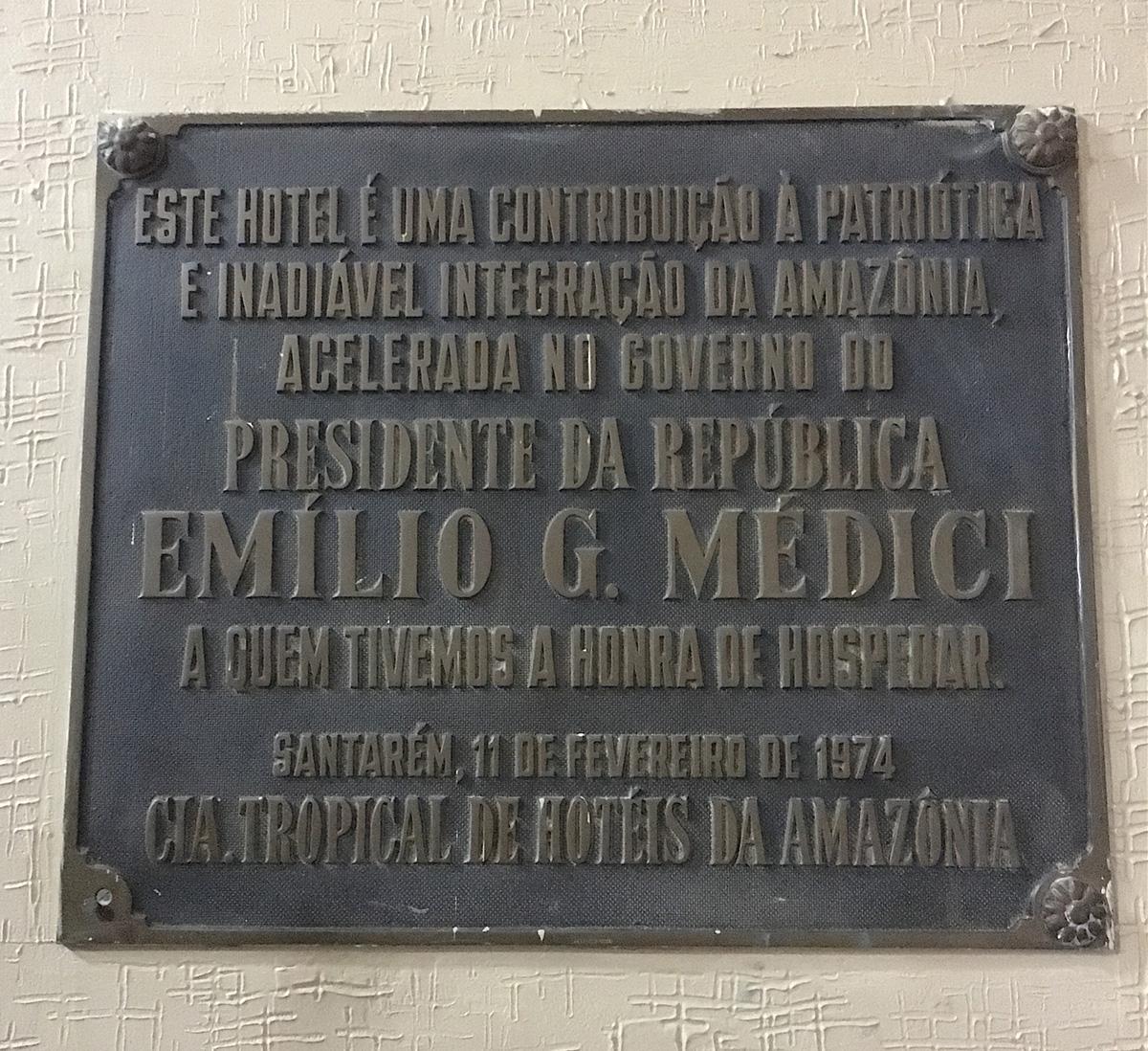 Placa em homenagem ao general Médici no Hotel Tropical de Santarém, Pará.