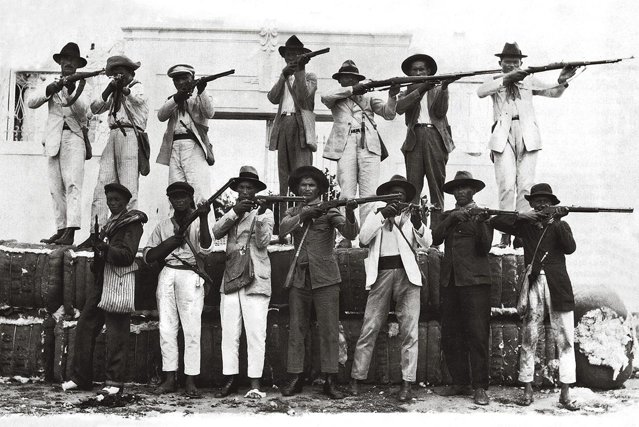 Em 1927, a então próspera cidade de Mossoró conseguiu uma inédita vitória militar sobre as tropas de Lampião. A população local se armou, montou barricadas e ofereceu resistência. Surpreendidos, os cangaceiros bateram em retirada, mas um deles, Jararaca, acabou sendo capturado