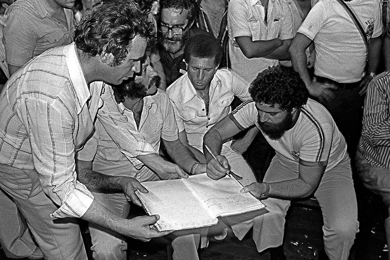 Luiz Inácio Lula da Silva assina a ata de fundação do PT no Colégio Sion, em São Paulo. O documento seria extraviado anos mais tarde
