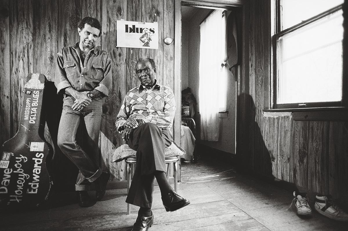 João Paulo de Carvalho e Honeyboy Edwards. Depois de acelerar a velocidade da televisão brasileira, João decidiu experimentar com a lentidão. Foi como passar do rock para o blues