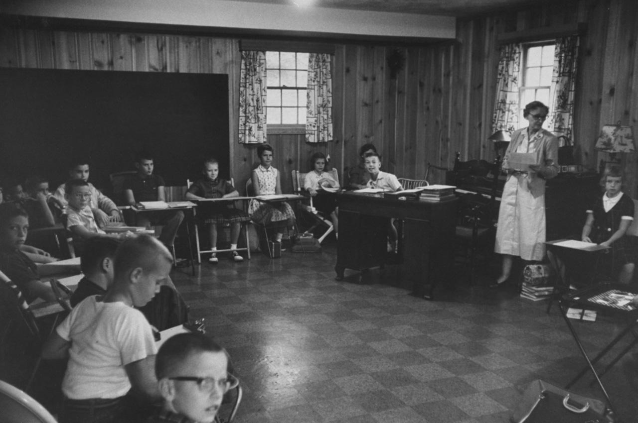 A Suprema Corte americana proibiu a segregação escolar de brancos e negros em 1954. Na tentativa de barrar a integração, a Câmara estadual da Virgínia autorizou, em 1958, que colégios fossem fechados; as aulas tiveram que ser improvisadas