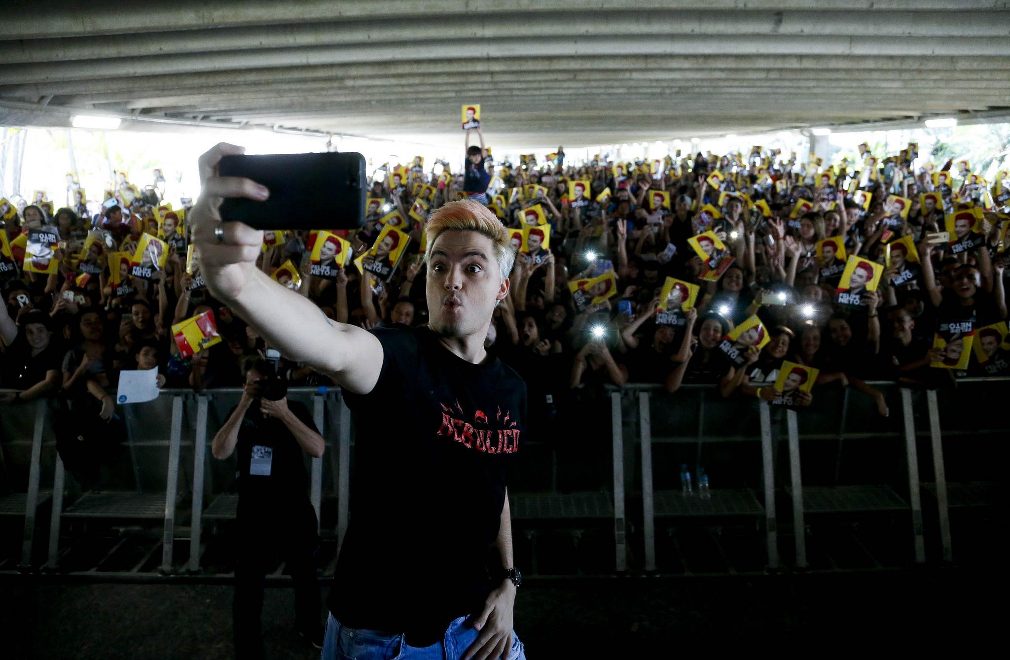 O youtuber Felipe Neto e seu séquito de… leitores. Passada a mania dos álbuns para colorir, a feira literária se rende às webcelebridades