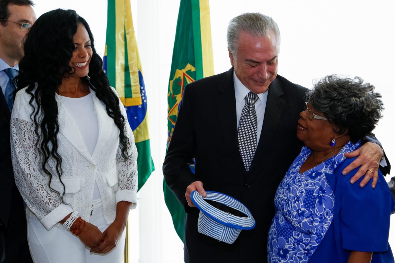 Michel Temer com representantes das escolas de samba do Rio, após reunião no Palácio do Planalto: convite para assistir ao desfile na Sapucaí ganha ares de negociata política