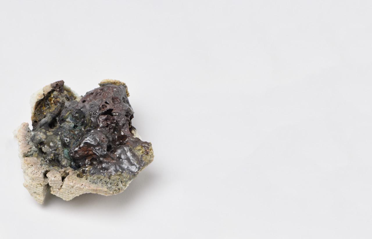 Rocha Vulcânica, ca. 100.000 anos Pós-Antropoceno, 2016. Série <I>Futuro das Pedras</I>, terra com resíduos materiais coletados após a catástrofe em Bento Rodrigues, 10 x 4 x 4,5 cm