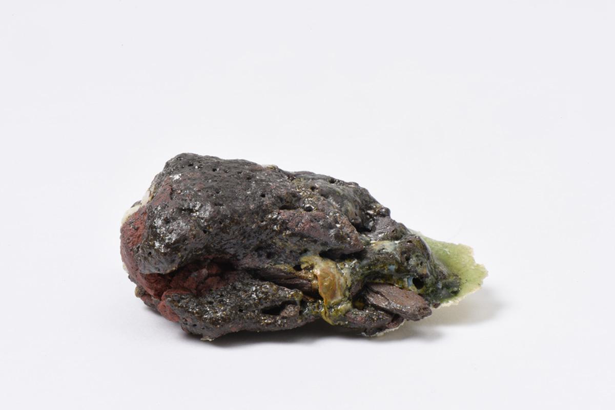 Rocha Vulcânica, ca. 100.000 anos Pós-Antropoceno, 2016. Série <i>Futuro das Pedras</i>, terra com resíduos materiais coletados após a catástrofe em Bento Rodrigues, 4,3 x 5,0 x 7,5 cm