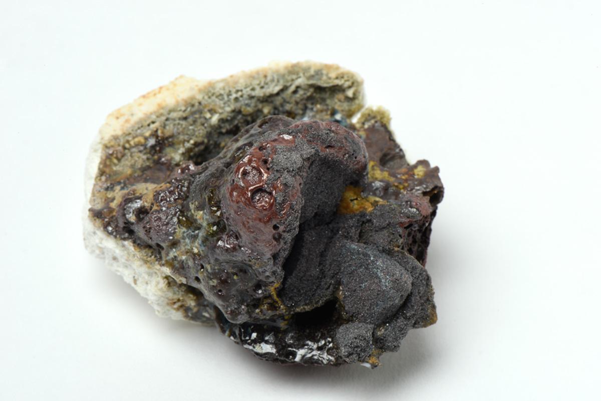 Rocha Vulcânica, ca. 100.000 anos Pós-Antropoceno, 2016. Série <i>Futuro das Pedras</i>, terra com resíduos materiais coletados após a catástrofe em Bento Rodrigues, 5,5 x 6,5 x 7,0 cm