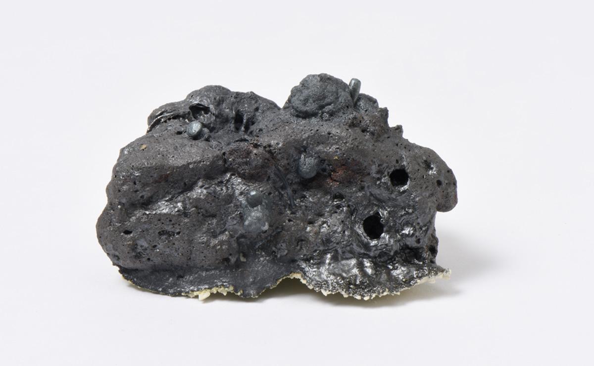 Rocha Vulcânica, ca. 100.000 anos Pós-Antropoceno, 2016. Série <i>Futuro das Pedras</i>, terra com resíduos materiais coletados após a catástrofe em Bento Rodrigues, 5,0 x 8,5 x 8,0 cm