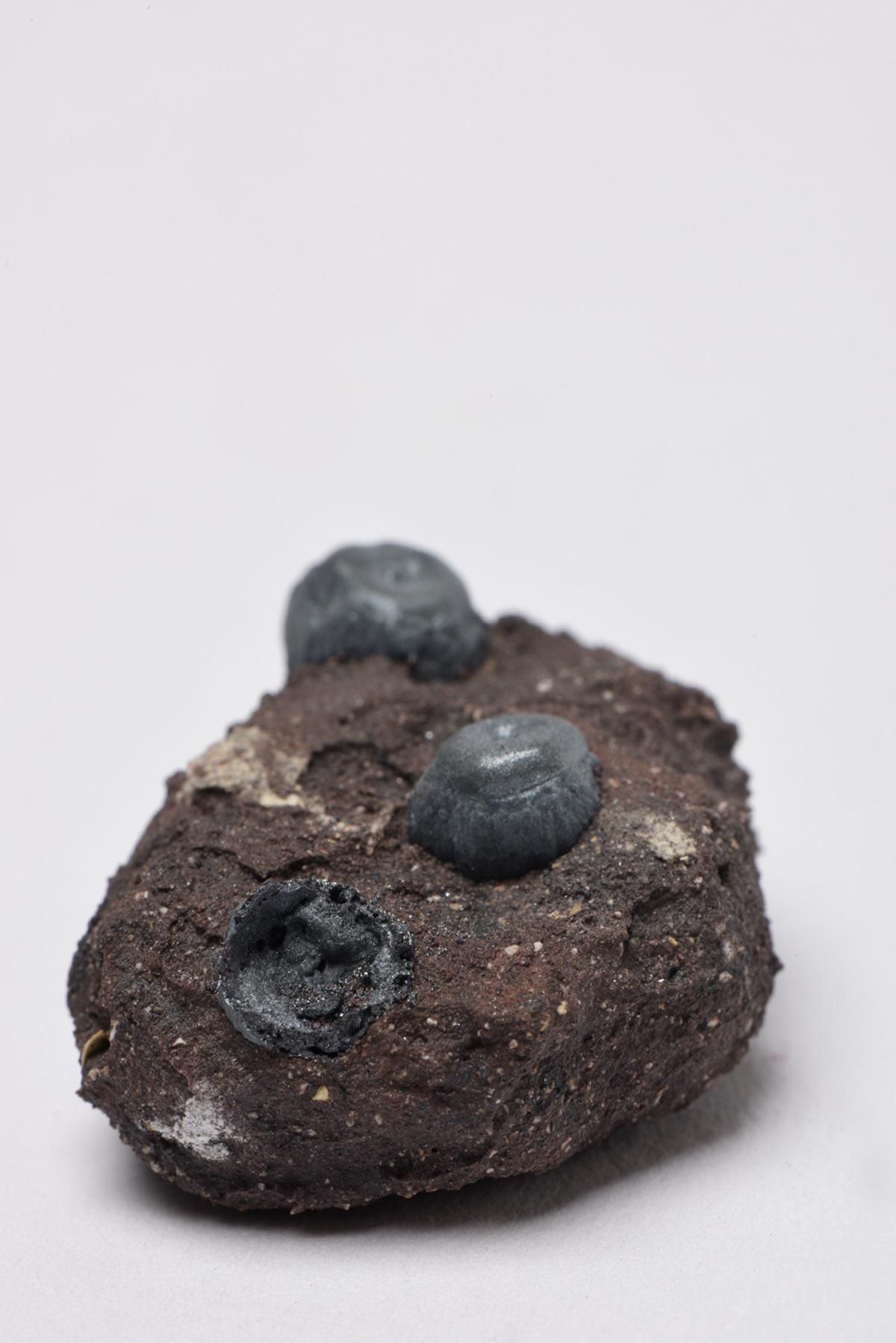 Rocha Vulcânica, ca. 100.000 anos Pós-Antropoceno, 2016. Série <i>Futuro das Pedras</i>, terra com resíduos materiais coletados após a catástrofe em Bento Rodrigues, 3,0 x 3,5 x 5,0 cm