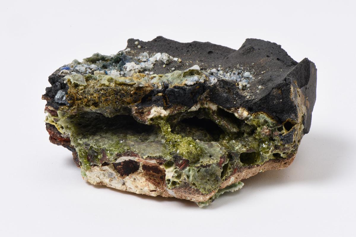 Rocha Vulcânica, ca. 100.000 anos Pós-Antropoceno, 2016. Série <i>Futuro das Pedras</i>, terra com resíduos materiais coletados após a catástrofe em Bento Rodrigues, 4,5 x 6,0 x 7,0 cm