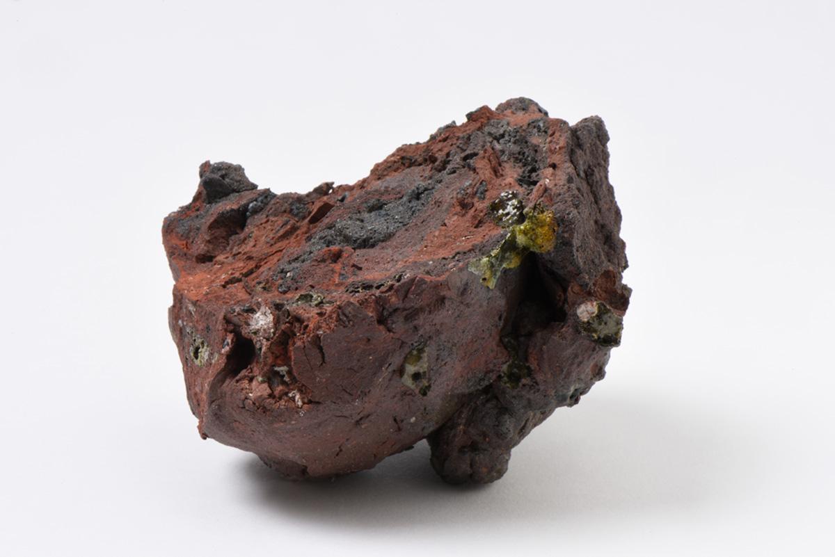 Rocha Vulcânica, ca. 100.000 anos Pós-Antropoceno, 2016. Série <i>Futuro das Pedras</i>, terra com resíduos materiais coletados após a catástrofe em Bento Rodrigues, 8,0 x 13,0 x 14,0 cm