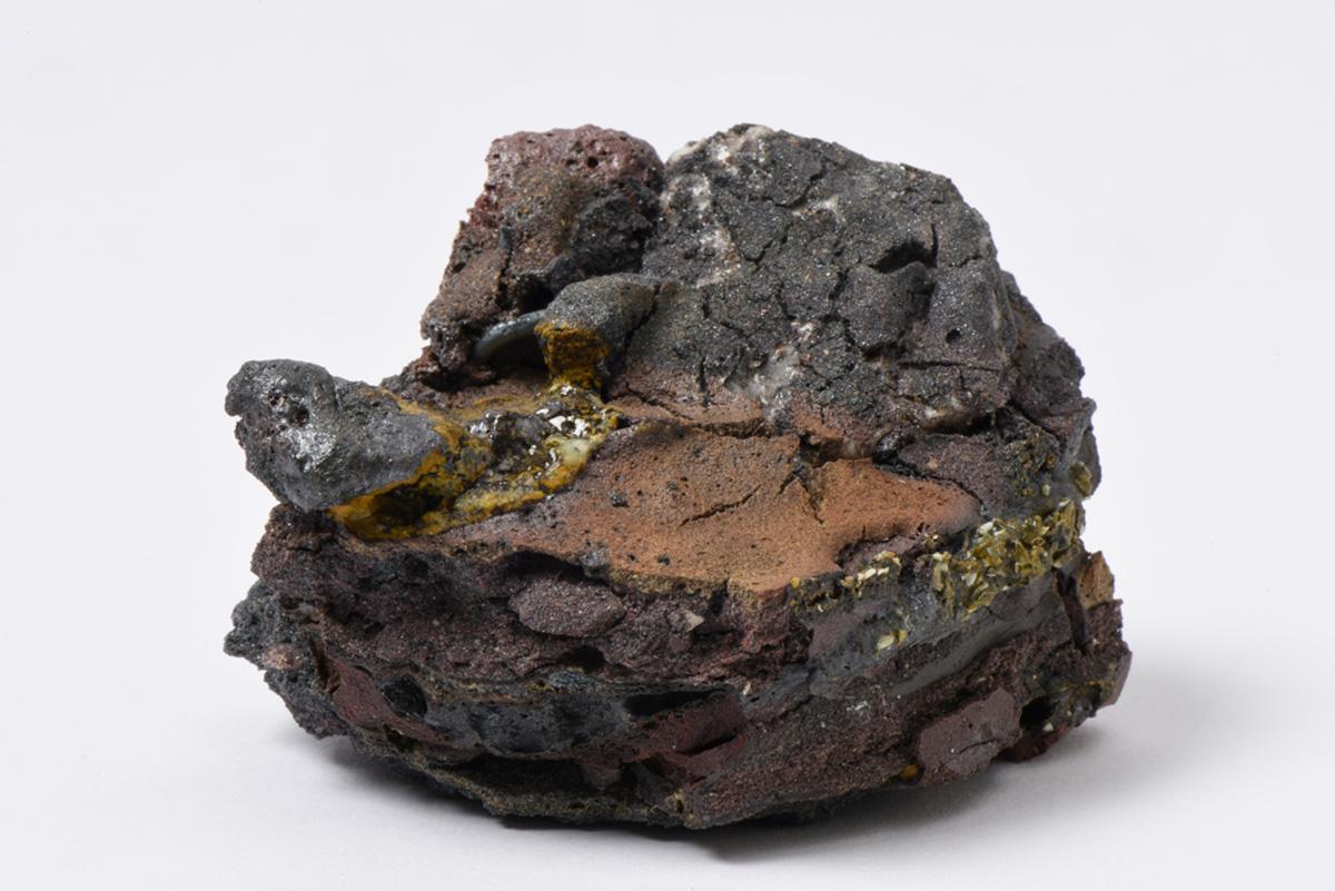 Rocha Vulcânica, ca. 100.000 anos Pós-Antropoceno, 2016. Série <i>Futuro das Pedras</i>, terra com resíduos materiais coletados após a catástrofe em Bento Rodrigues, 8,0 x 9,0 x 10,0 cm