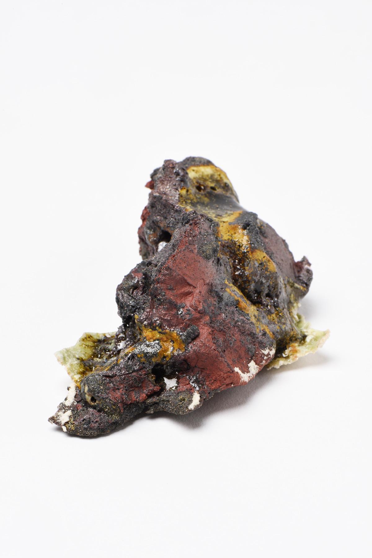 Rocha Vulcânica, ca. 100.000 anos Pós-Antropoceno, 2016. Série <i>Futuro das Pedras</i>, terra com resíduos materiais coletados após a catástrofe em Bento Rodrigues, 3 x 7,5 x 4 cm