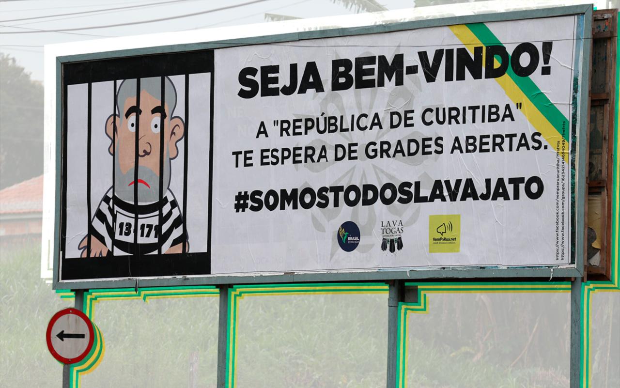 """O grupo Lava Togas instalou 33 outdoors na capital paranaense, por cerca de 15 mil reais, quando o petista depôs a Sergio Moro. """"Não é provocação, e sim um contraponto. Se vem gente apoiar o Lula, queremos mostrar que existe gente contra"""", diz um integrante"""