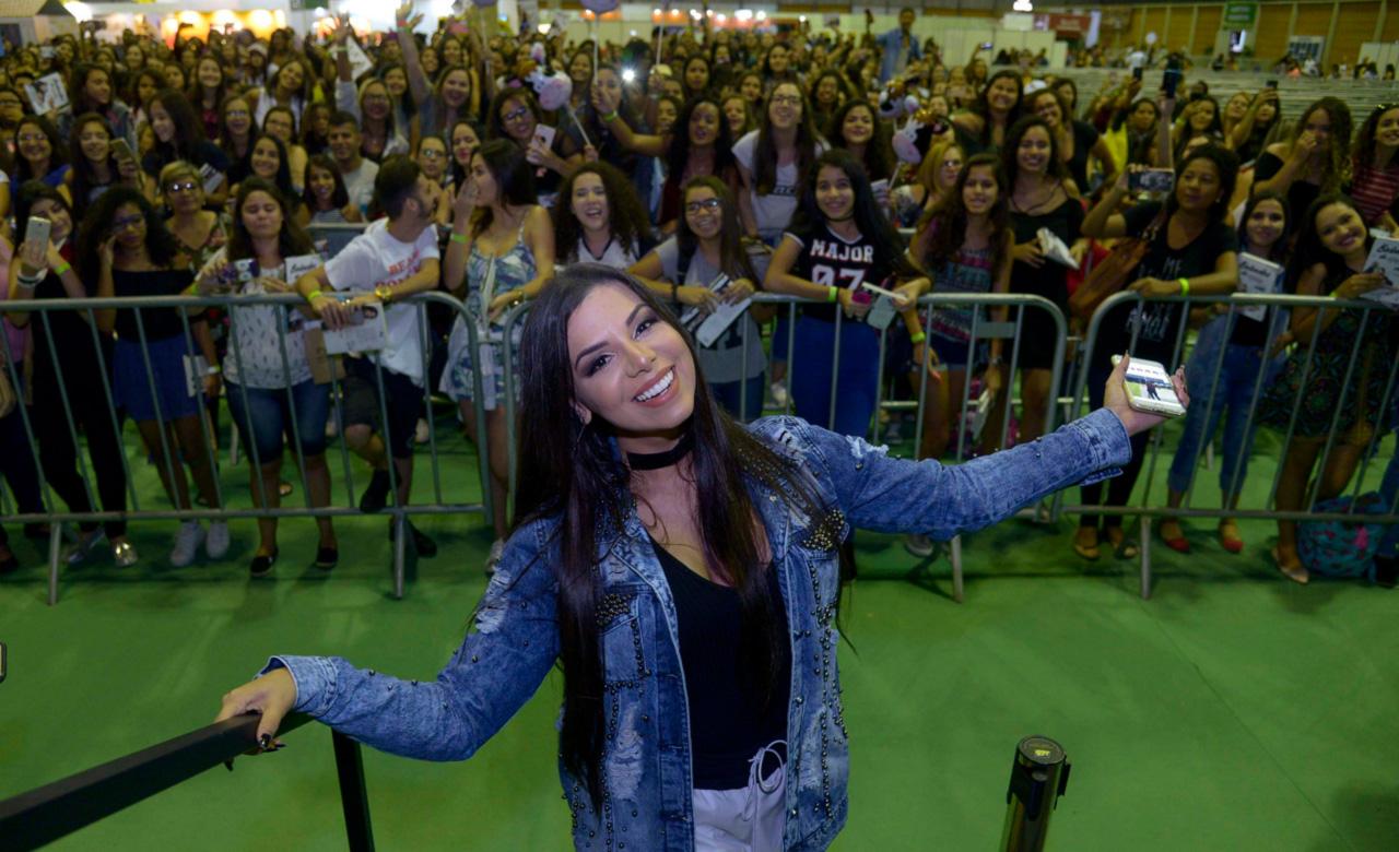"""Autora do livro """"Babados da minha vida"""", a youtuber Evelyn Regly atraiu uma multidão de adolescentes à Bienal do Livro do Rio."""