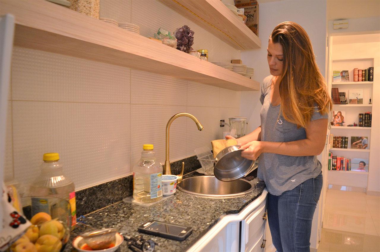 Mariángel Ruiz, Miss Venezuela 2002: cozinhar e lavar sua própria louça – antes programas impensáveis – se tornaram rotina para poupar gastos.