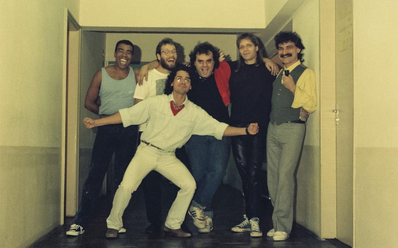 Arnaldo Parron (bateria), Leo Zurawski (sax), Glauco Sagebin (teclado), Sergio Zurawski (guitarra) e João Mourão (baixista, à frente), a Banda Radar, com Belchior.