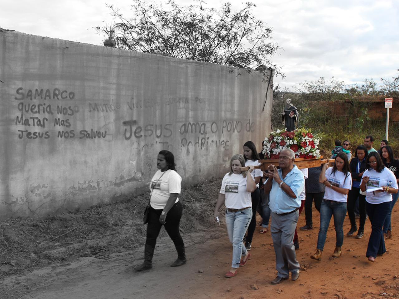 Fiéis saem em procissão em honra a São Bento, padroeiro de Bento Rodrigues. Desde julho de 2016, um grupo de ex-moradores volta às ruínas do distrito quase todos os finais de semana para celebrar datas religiosas