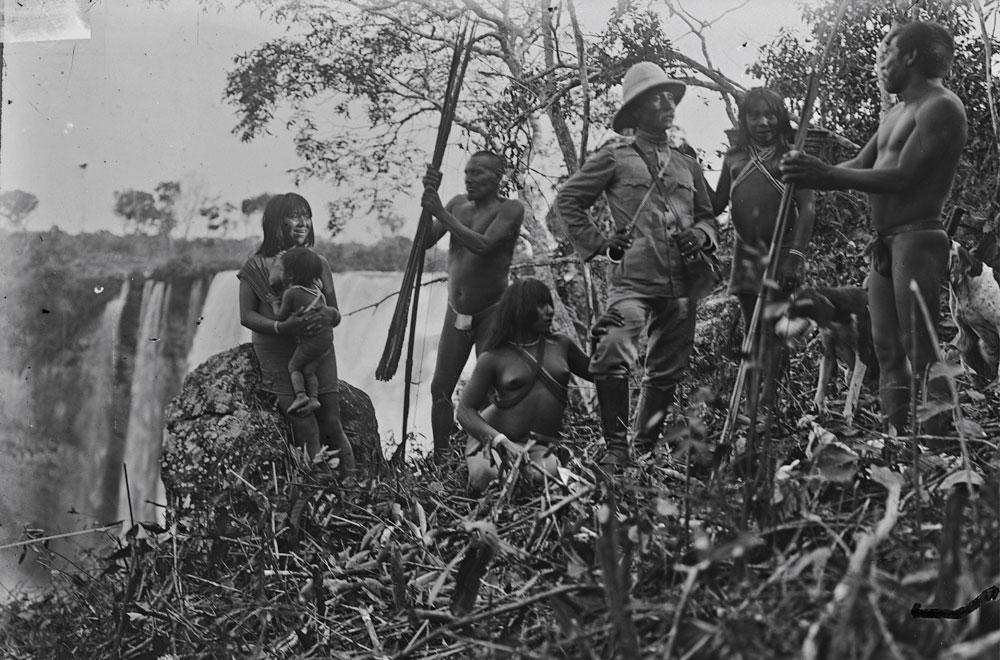 O coronel Rondon, que aparece nesta cena de <i>Os Sertões</i> junto aos índios Paresi, acompanhou Theodore Roosevelt em sua expedição na Amazônia entre 1913 e 1914