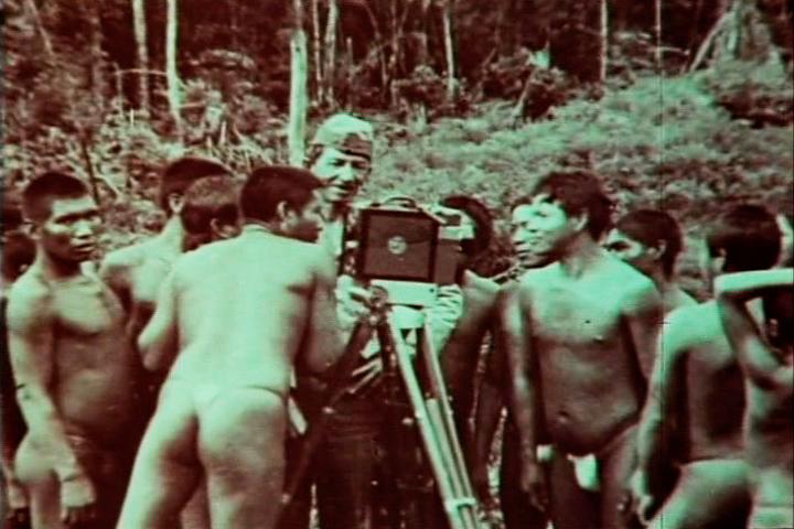 O tenente Luiz Thomaz Reis, diretor de <i>Os Sertões</i>, rodeado por indígenas
