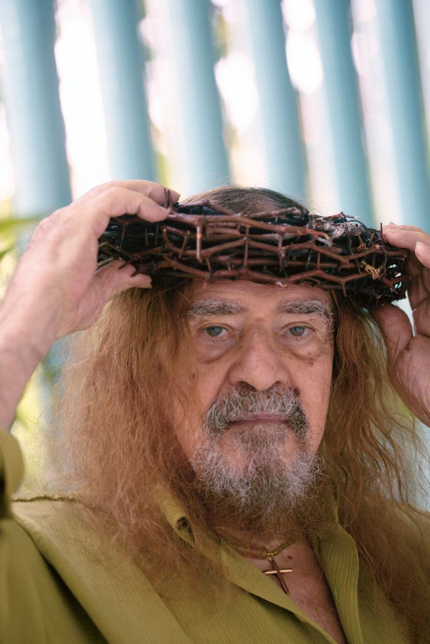 """""""Essa coisa de idade me irrita; artista não tem idade"""", argumenta José Pimentel, de 83 anos, que na última encenação da Paixão de Cristo precisou da ajuda de socorristas no palco"""