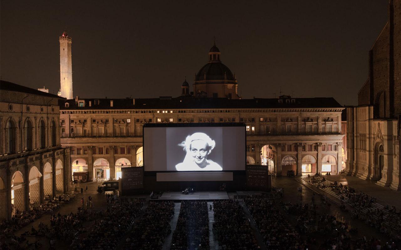 Dita Parlo em <i>O Atalante</i>, na Piazza Maggiore, Itália