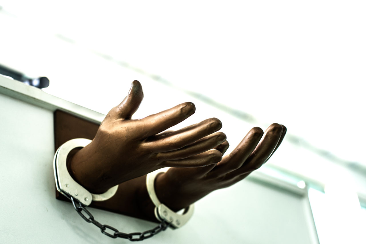 """A reprodução de duas mãos em prece, unidas por algemas, decora o """"Templo Pós-Prisão"""" – a igreja criada por Tupirani Lores, condenado por intolerância religiosa em 2012"""