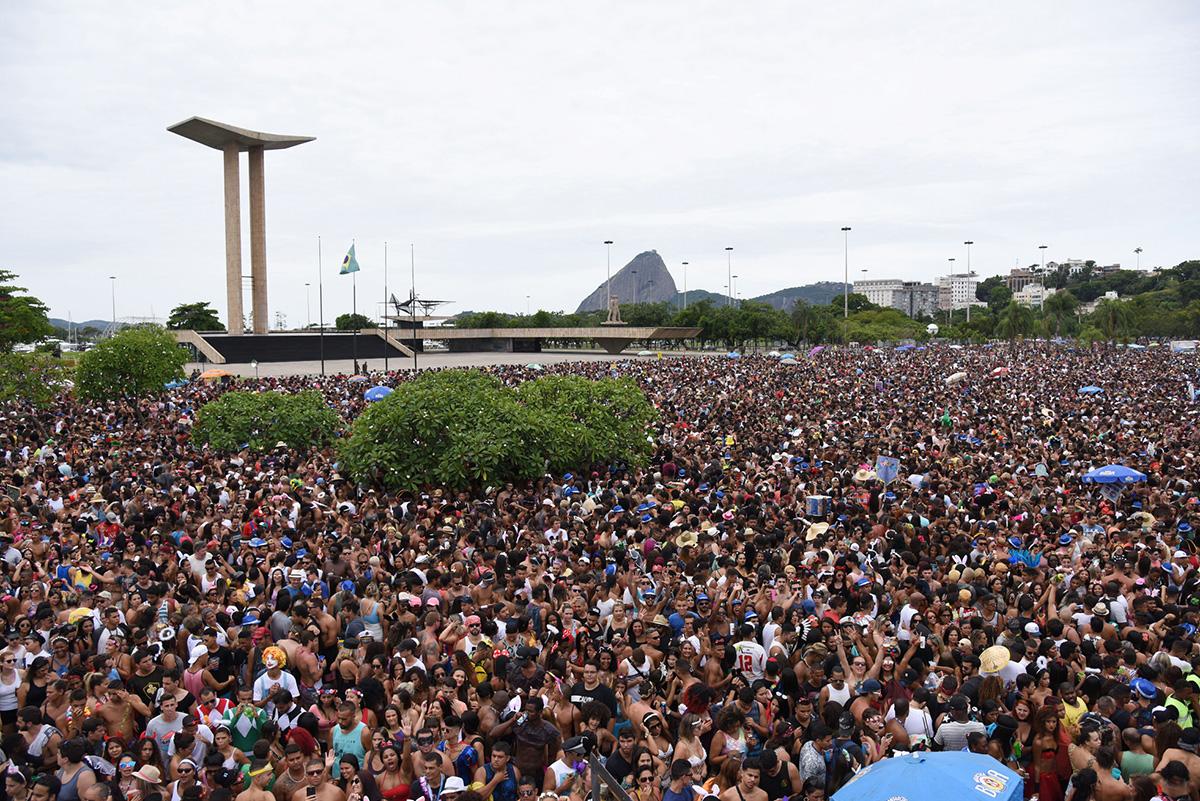 Bloco Chora Me Liga, que previa 40 mil pessoas no Aterro do Flamengo, no domingo, 4 de fevereiro. Cerca de 600 mil foliões compareceram, e o trânsito na área do aeroporto Santos Dumont travou