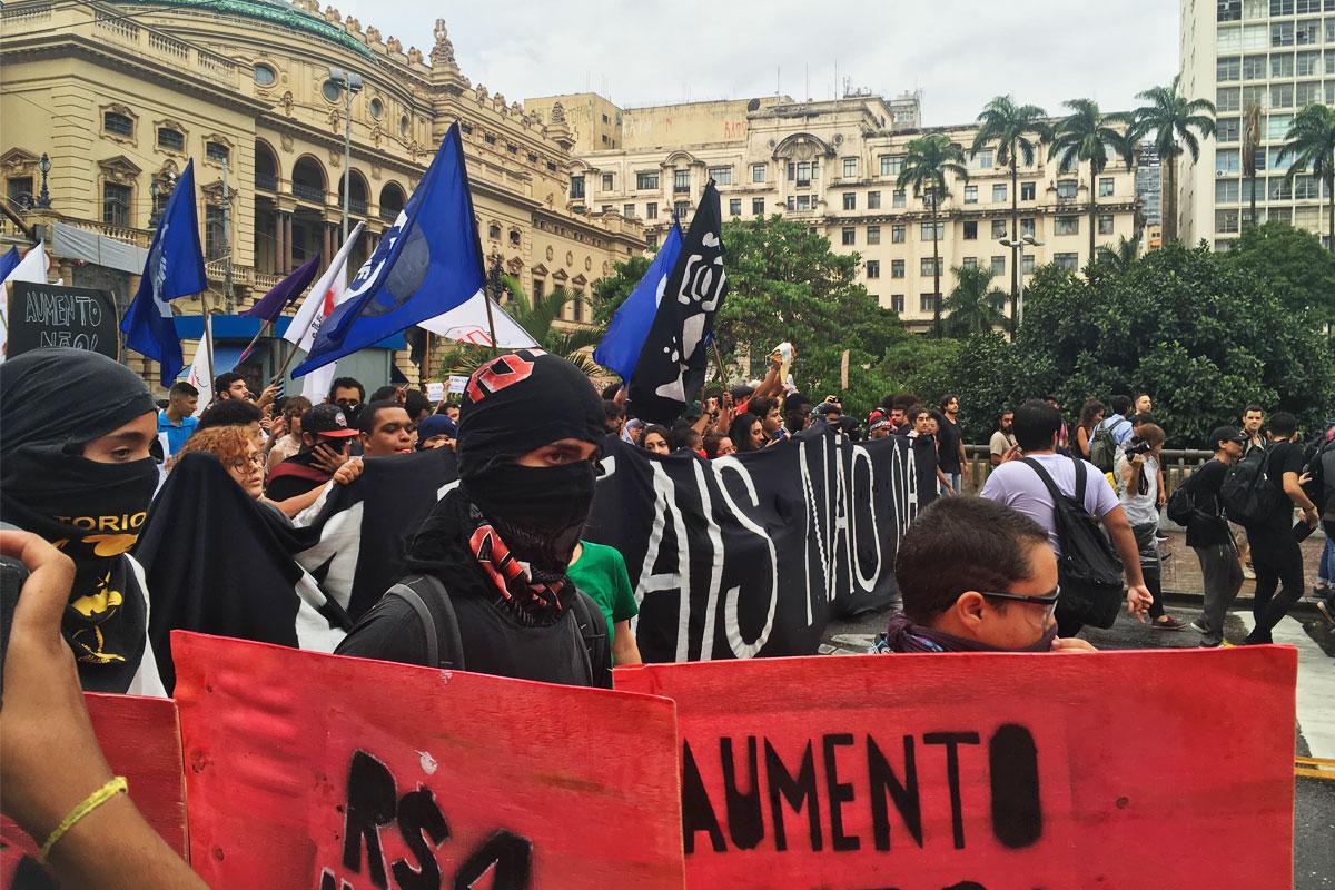 Manifestantes marcham contra o aumento da tarifa de ônibus em São Paulo