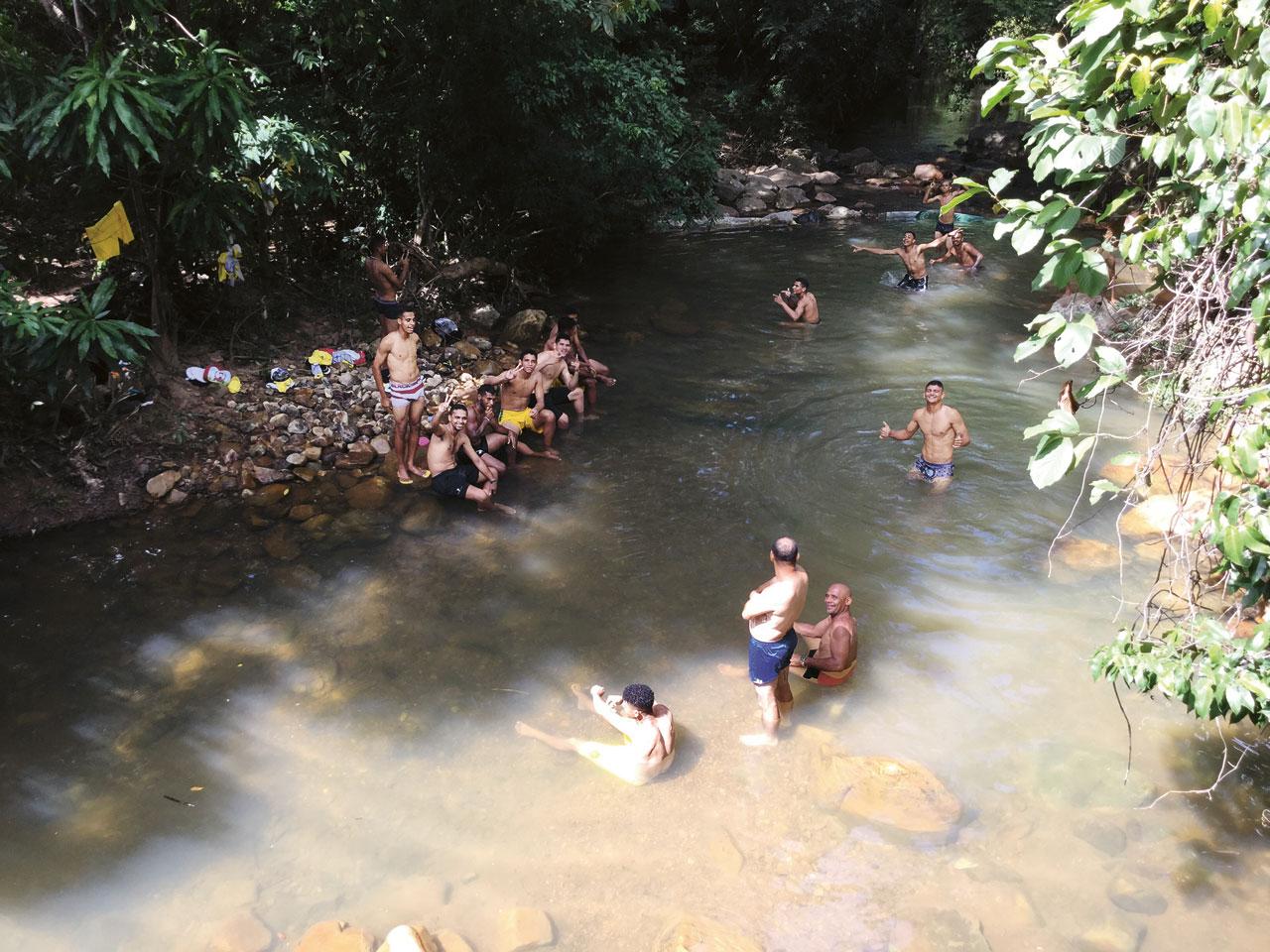 Estreante na Copinha, o Esporte Clube Timon levou 85 horas para chegar ao interior de SP. O ônibus que transportava os jogadores quebrou em Goiás, deixando-os na mão por quase dois dias. A descoberta de um riacho ajudou a driblar o tédio
