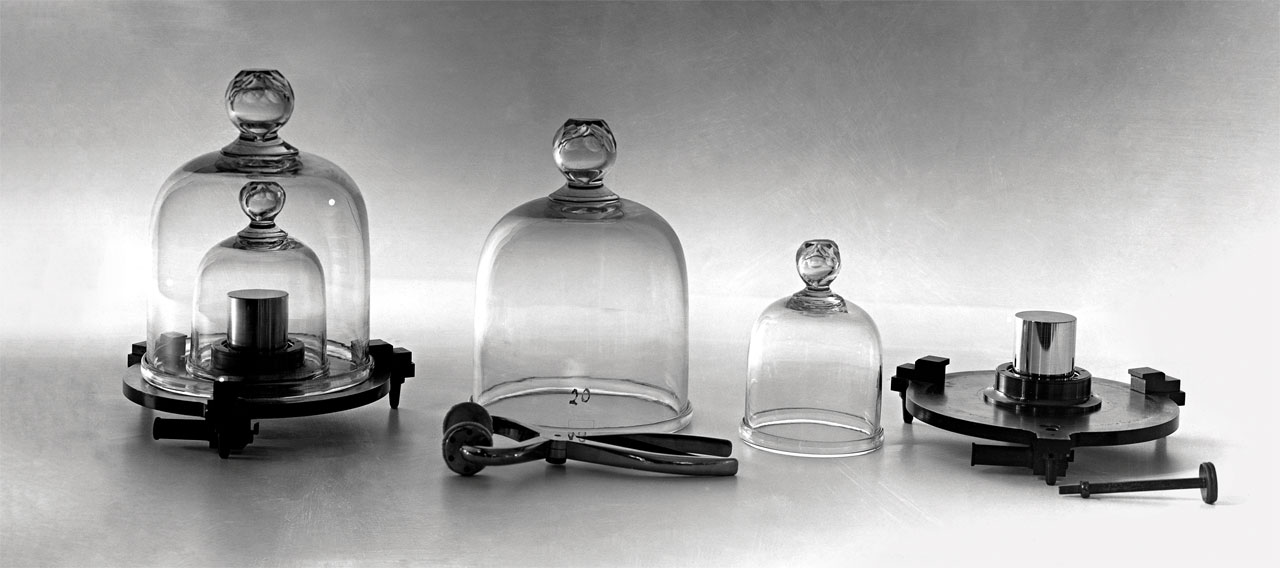 Em novembro, o quilo passa a ser definido em função de uma constante física, tornando obsoleto o cilindro metálico que lhe serve como padrão desde 1889 e está num cofre em Paris