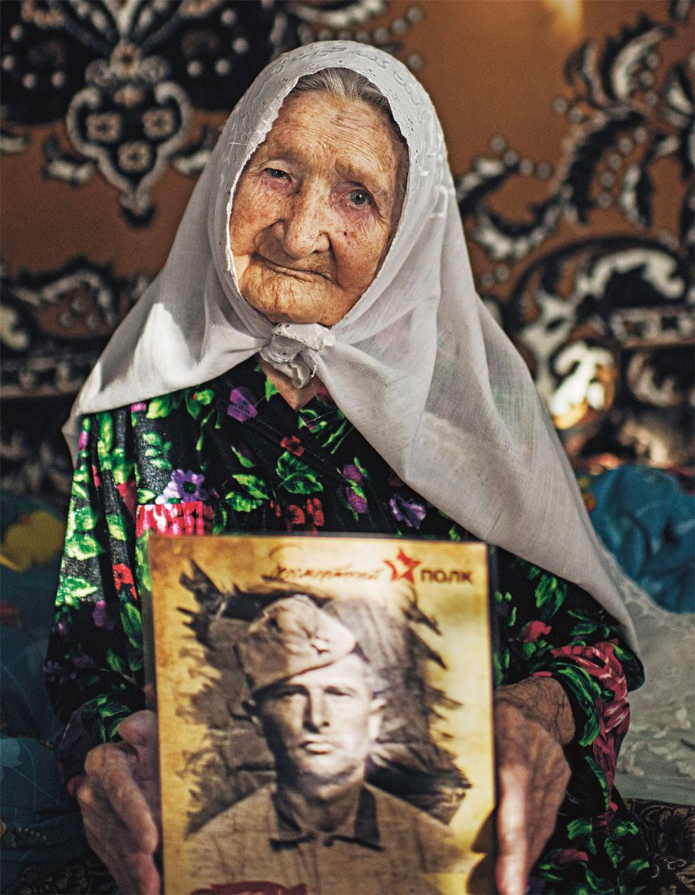 Minizaitunya Ibyatullina nasceu antes da revolução e trabalhou numa fazenda coletiva na época da União Soviética. Aos 102 anos, mostra com orgulho a foto do marido, morto na Segunda Guerra