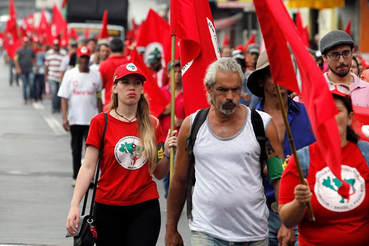 """Manifestantes do MST e da Via Campesina, integrantes da chamada """"segurança popular"""", usando as braçadeiras verde e amarelas, em ato nesta segunda-feira, 22 de janeiro, em Porto Alegre"""