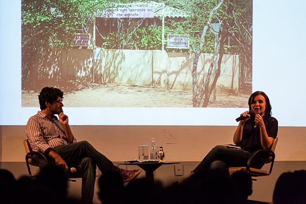 O repórter Bernardo Esteves conversa com a professora Samária Andrade, professora da Universidade Estadual do Piauí, durante caravana da revista em Teresina.