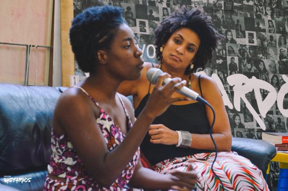 Marielle Franco (<i>ao fundo</i>) no lançamento do coletivo Bastardos da PUC-Rio, que reúne bolsistas da universidade