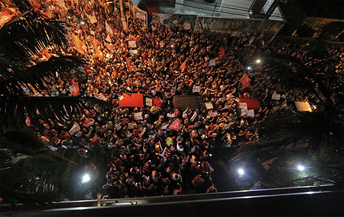 Apoiadores de Lula na frente do Sindicato dos Metalúrgicos, em São Bernardo do Campo