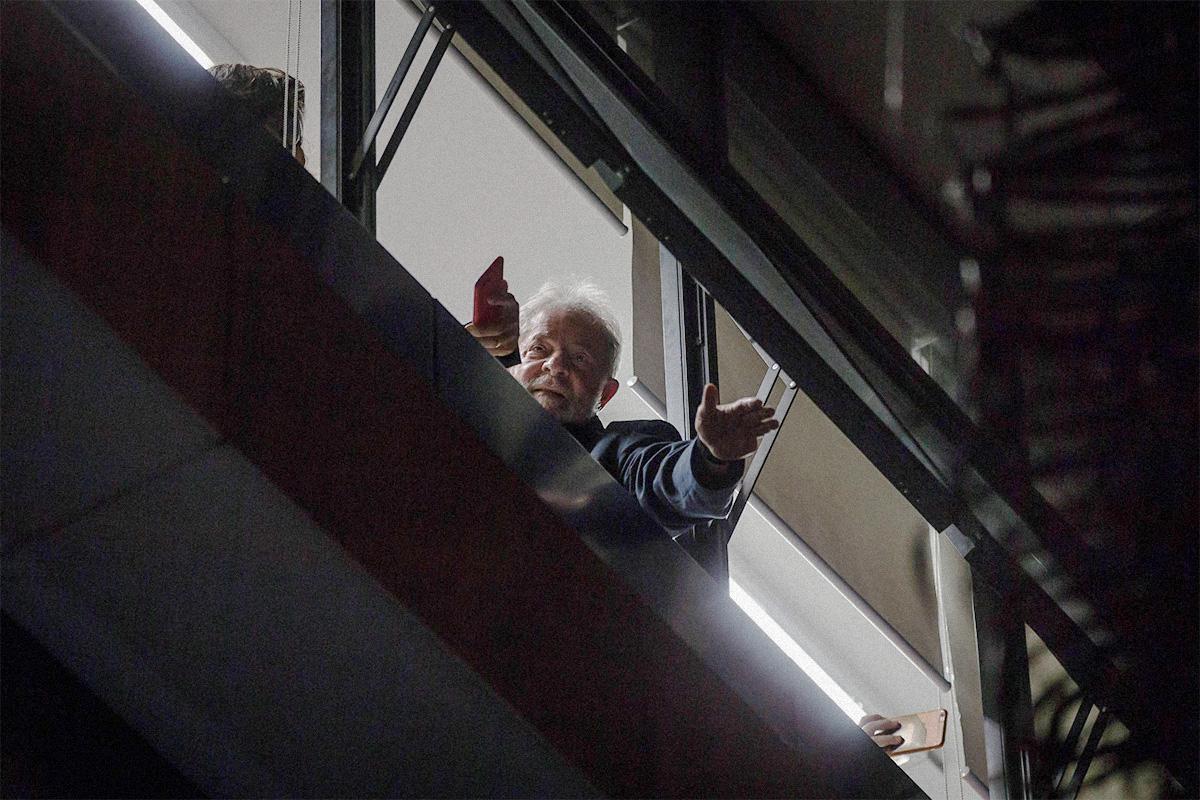 Lula acena para apoiadores no Sindicato dos Metalúrgicos do ABC, após ordem de prisão expedida pelo juiz Sergio Moro